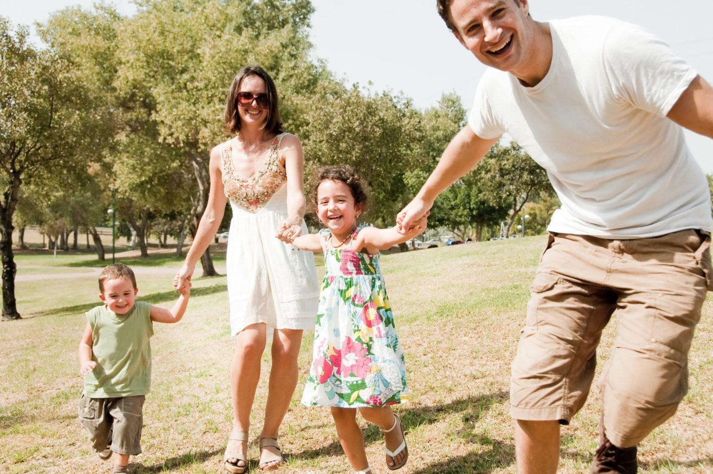 Na zdjęciu widać uśmiechniętą rodzinę