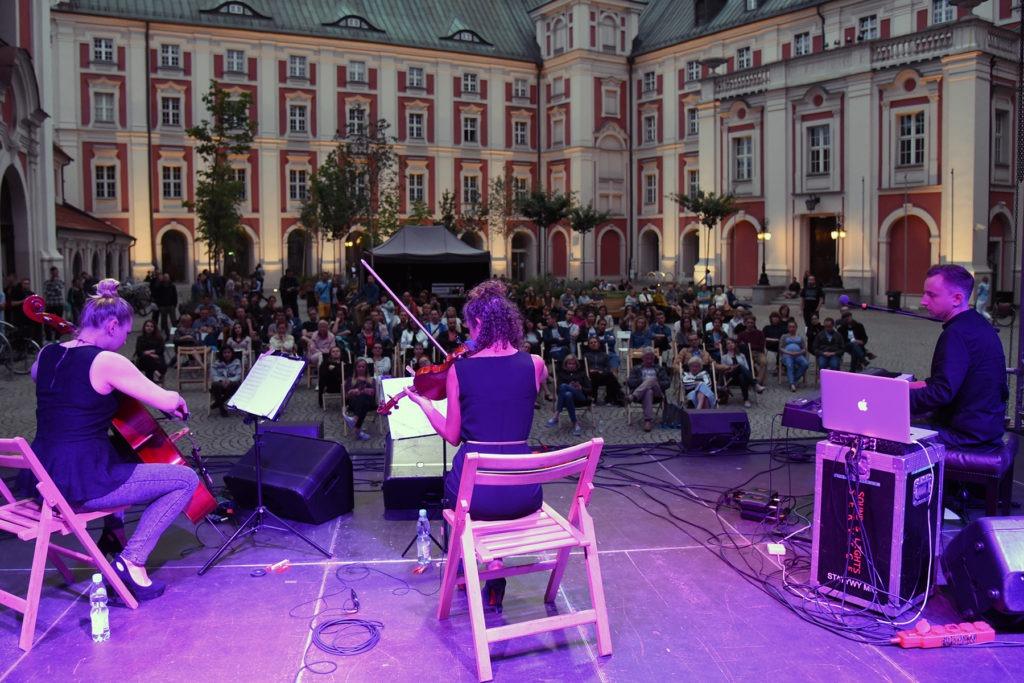 na zdjęciu widać koncert odbywający się na Dziedzińcu Urzędu Miasta Poznania
