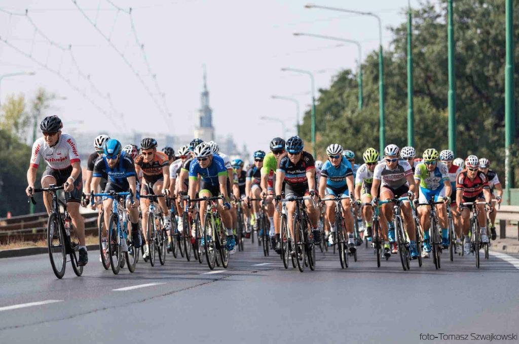 na zdjęciu widać wyścig rowerowy ulicami Poznania