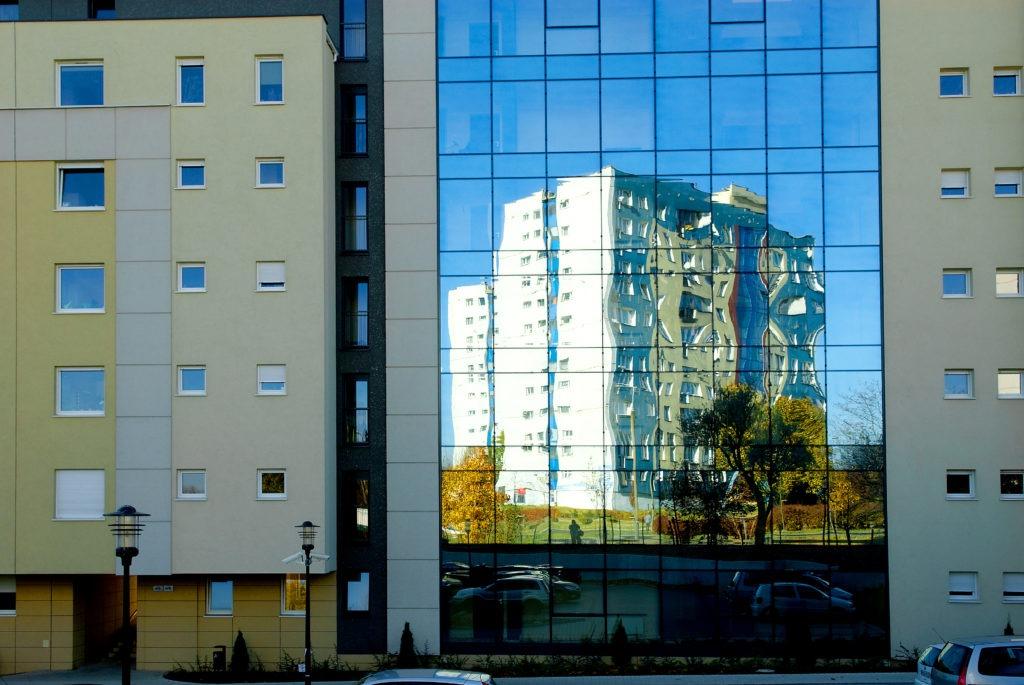 na zdjęciu widać poznańskie bloki mieszkaniowe