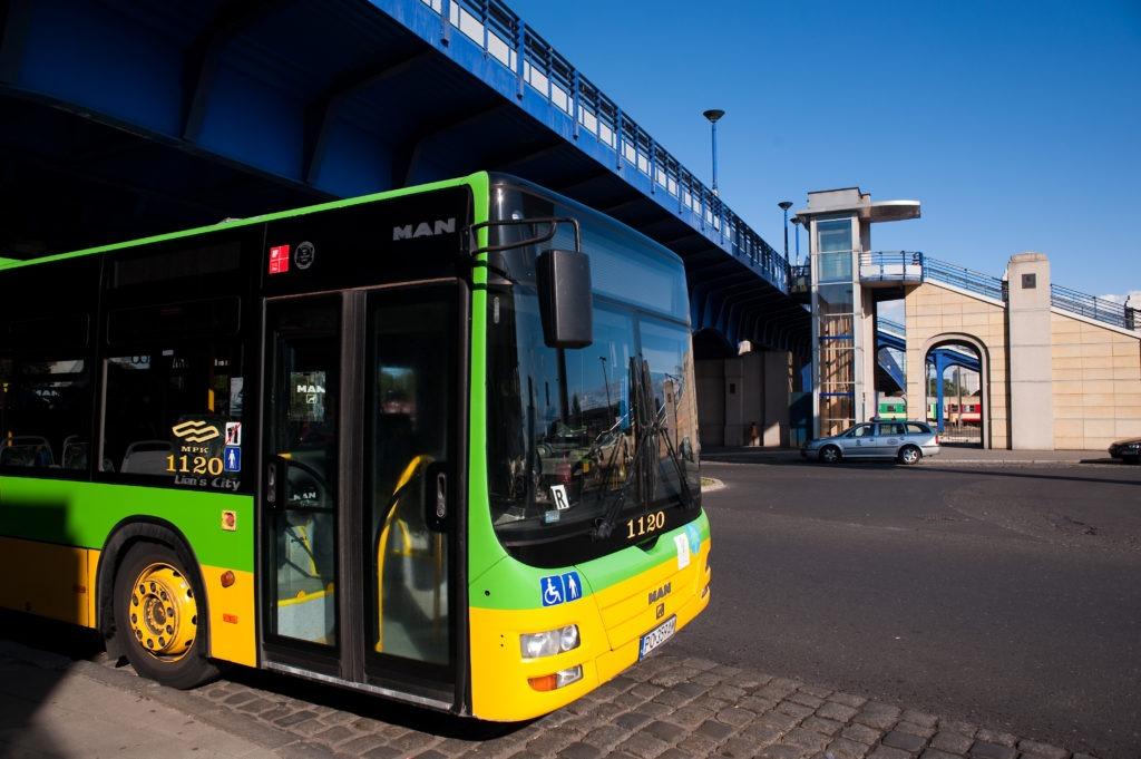 na zdjęciu widać autobus miejskiej komunikacji publicznej na dworcu PKP