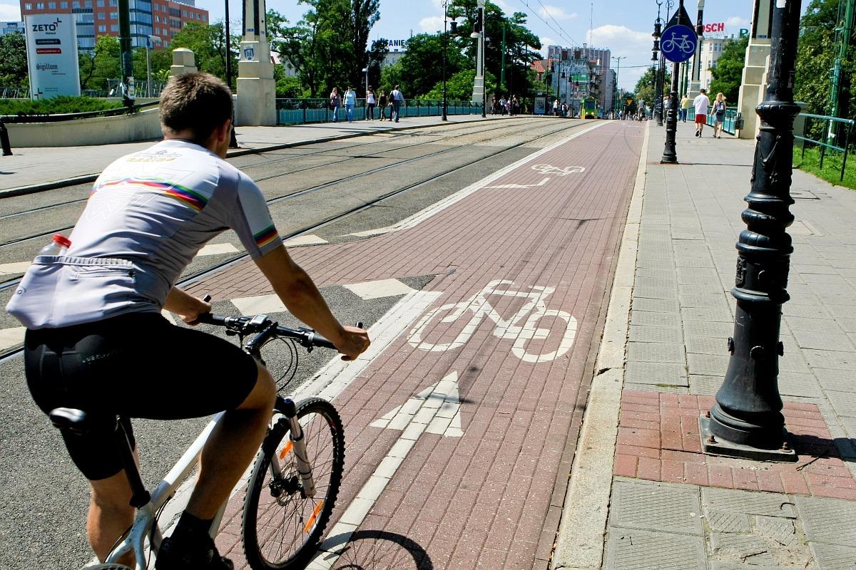 na zdjęciu widać rowerzystę na drodze rowerowej