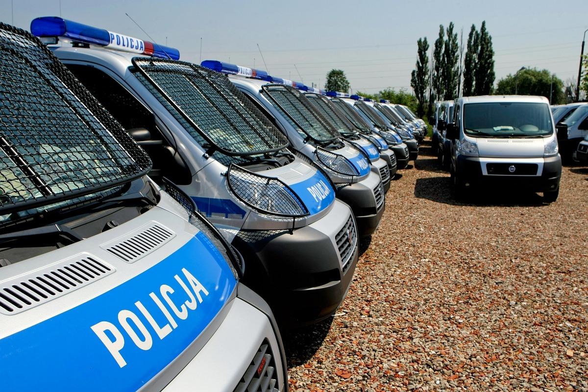 na zdjęciu widać wozy policyjne