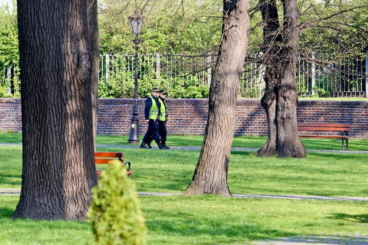 na zdjęciu widać funkcjonariuszy straży miejskiej patrolujących miejski park