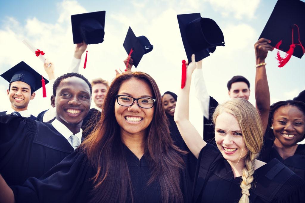 na zdjęciu widać absolwentów studiów wyższych pochodzących z różnych krajów